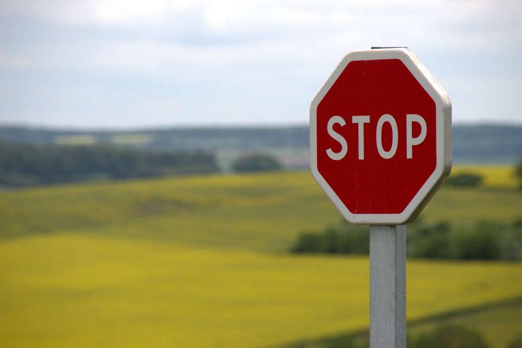stopbord die in een vallei staat