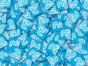 heel veel twitter logo's over elkaar heen