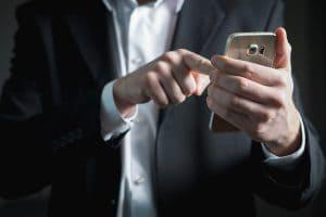 een zakenman die een samsung telefoon vasthoudt en bedient